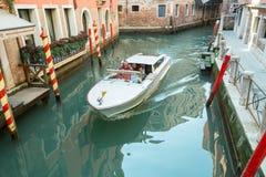 Un bateau blanc à Venise photographie stock