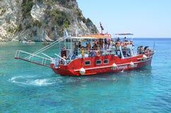 Un bateau coloré avec des personnes Photos libres de droits