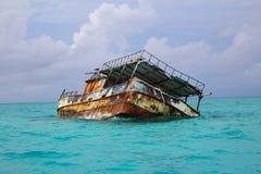 Un bateau détruit dans les eaux des Caraïbes des Bahamas photographie stock