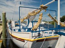 Un bateau d'éponge au dock Image libre de droits