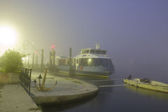 Un bateau dans le brouillard à la soirée Photos libres de droits