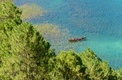 Un bateau dans le lac Photo stock