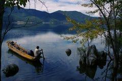 Un bateau dans le lac Lugu Photos libres de droits