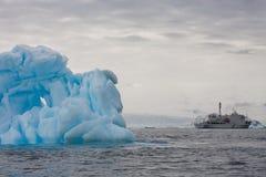 Un bateau dans le paysage antarctique Photos stock