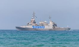 Un bateau de combat participe à un défilé maritime outre de la côte de Haïfa en l'honneur du soixante-dixième anniversaire de l'i photo libre de droits
