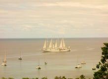 Un bateau de croisière avec des voiles déferlées à la baie d'amirauté Image libre de droits