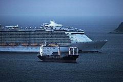 Un bateau de croisière en comparaison d'un navire marchand Golfe de spezia de La l'Italie images stock