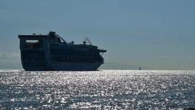 Un bateau de croisière navigue dans le coucher du soleil pendant qu'il part du port de Vancouver banque de vidéos