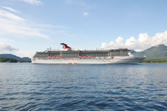 Un bateau de croisière outre de la côte photographie stock libre de droits