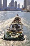 Un bateau de déplacement au fleuve de Sumida de Tokyo Photos libres de droits