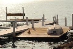 Un bateau de ligne vers le haut de côté vers le bas sur un dock de lac Images stock