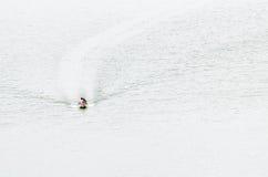 Un bateau de longue queue navigue dans le barrage Photos stock