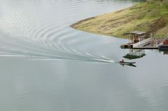 Un bateau de longue queue navigue dans le barrage Photo libre de droits