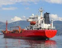 Un bateau de mer se tient dans le roadstead Images stock