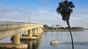 Un bateau de pêche approche un pont de baie de mission Photo libre de droits