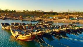 Un bateau de pêche au soleil photographie stock
