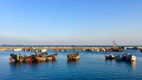 Un bateau de pêche au soleil image stock