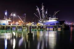 Un bateau de pêche la nuit, amarré au pilier photos stock