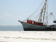 Un bateau de pêche a lavé sur la plage après un ouragan dans Biloxi Mississippi photographie stock libre de droits