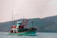 Un bateau de pêche navigué par la mer Images libres de droits