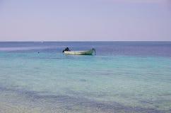 Un bateau de pêche sur la mer Photographie stock