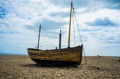 Un bateau de pêche sur une plage de bardeau Image libre de droits
