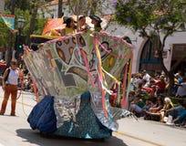 Un bateau de pirate dans le défilé de solstice de Santa Barbara Images stock