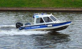 Un bateau de police à la vitesse photographie stock libre de droits