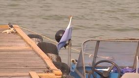 Un bateau de sauvetage se tient sur un pilier en bois clips vidéos