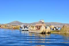 Un bateau de Totora flottant sur le lac Titicaca, au Pérou photos libres de droits
