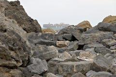 Un bateau de transport entre la mer et les roches dans le Golfe de la La Spezia Ligurie images libres de droits
