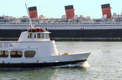 Passages de bateau de visite par un vieux revêtement d'océan Image libre de droits