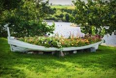 Un bateau des fleurs photographie stock