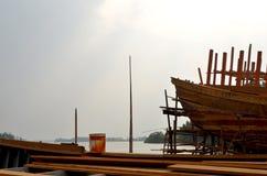 Un bateau en bois en construction dans un chantier naval image stock