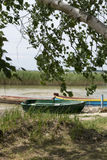 Un bateau en bois sur le lac photographie stock libre de droits