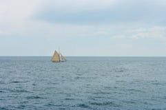 Un bateau en mer Photographie stock libre de droits