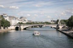 Un bateau en rivière à Paris Photo stock