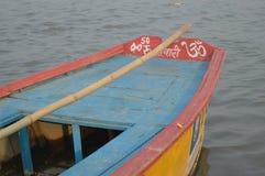 Un bateau en rivière Image libre de droits