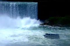 Un bateau entrant dans des cascades à écriture ligne par ligne de Niagara photo libre de droits