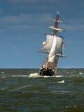 Un bateau grand un jour orageux Photographie stock libre de droits