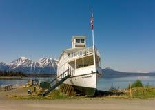 Un bateau historique d'excursion sur l'affichage à l'atlin Image libre de droits