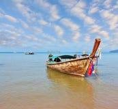 Un bateau indigène Longtail Photographie stock libre de droits
