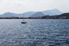 un bateau isolé avec une voile abaissée image libre de droits