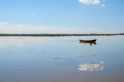 Un bateau isolé dans le lac Photographie stock