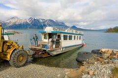 Un bateau-maison étant lancé sur un lac dans du nord avant Jésus Christ Photos stock