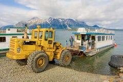 Un bateau-maison étant lancé sur un lac dans du nord avant Jésus Christ Photographie stock libre de droits