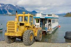 Un bateau-maison étant lancé sur un lac dans du nord avant Jésus Christ Images stock