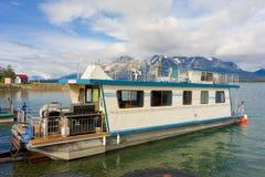 Un bateau-maison avant Jésus Christ nouvellement lancé sur un lac dans du nord Photo stock