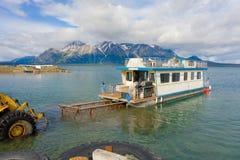 Un bateau-maison avant Jésus Christ nouvellement lancé sur un lac dans du nord Photos stock