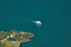 Un bateau passant le littoral norvégien Photo libre de droits